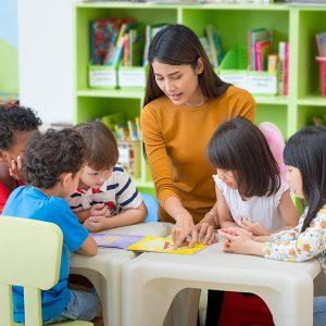 kideaz- minicreches -femme-garde-enfants-structure-accueil-apprentissage