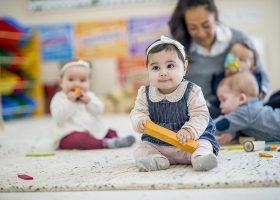 kideaz- minicreches -garde-enfants-structure-accueil-jeux-apprentissage-femme-educatrice-professionnel