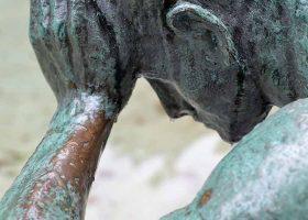 kideaz sculpture emotion homme pleure