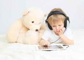 Enfants sur applications éducatives & ludiques