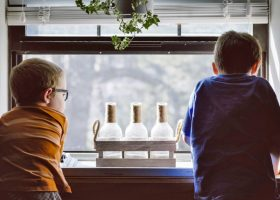 kideaz enfants fenetre paysage vue